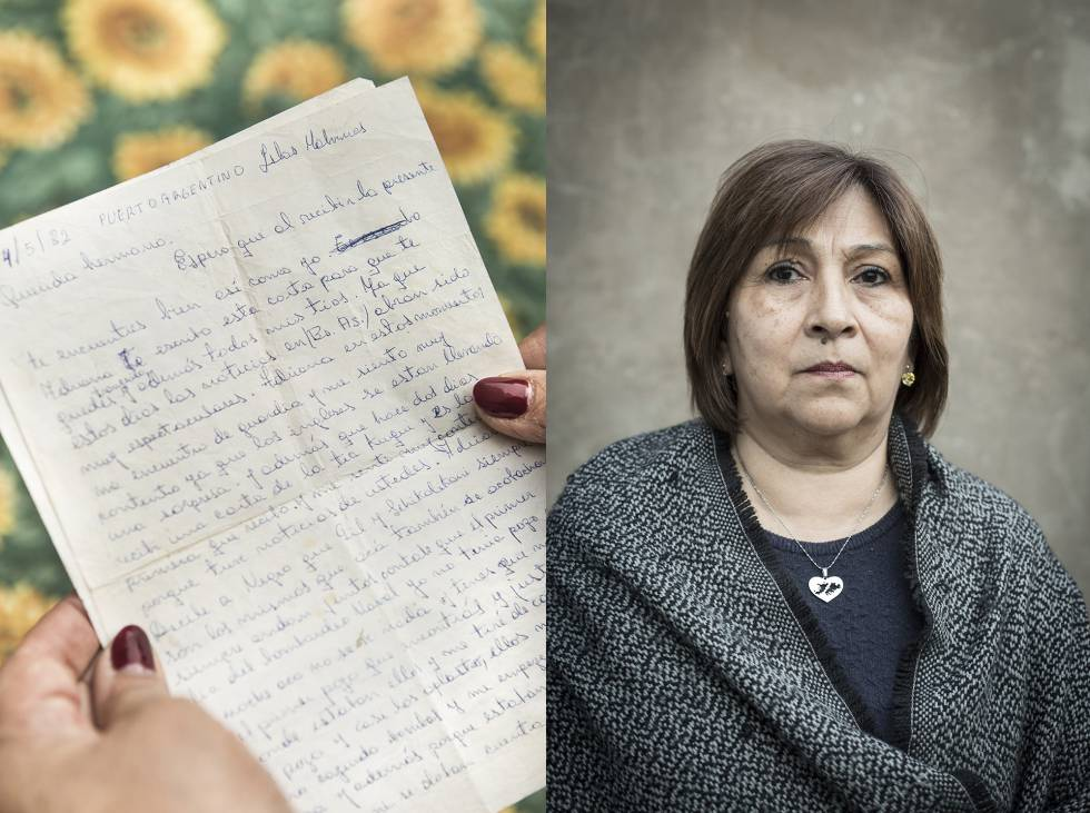 Familiares de soldados fallecidos en las Malvinas junto a cartas escritas por estos: Adriana Rodríguez, hermana del soldado Mario Rodríguez.