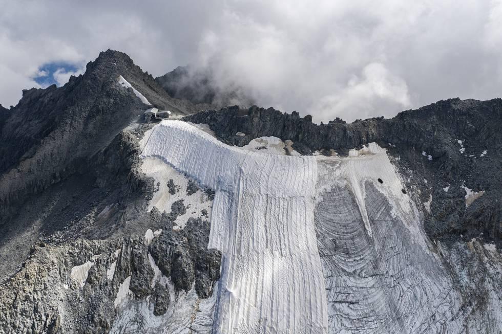 Vista de dron del pico Presena, a 3.000 metros sobre el nivel del mar, en la que se aprecia la drástica diferencia entre la parte cubierta y la descubierta.