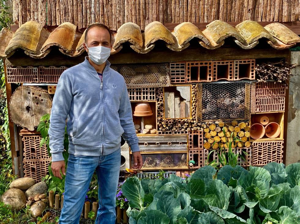 Nelu, horticultor, delante del Hotel de Insectos. J.C. CAPEL