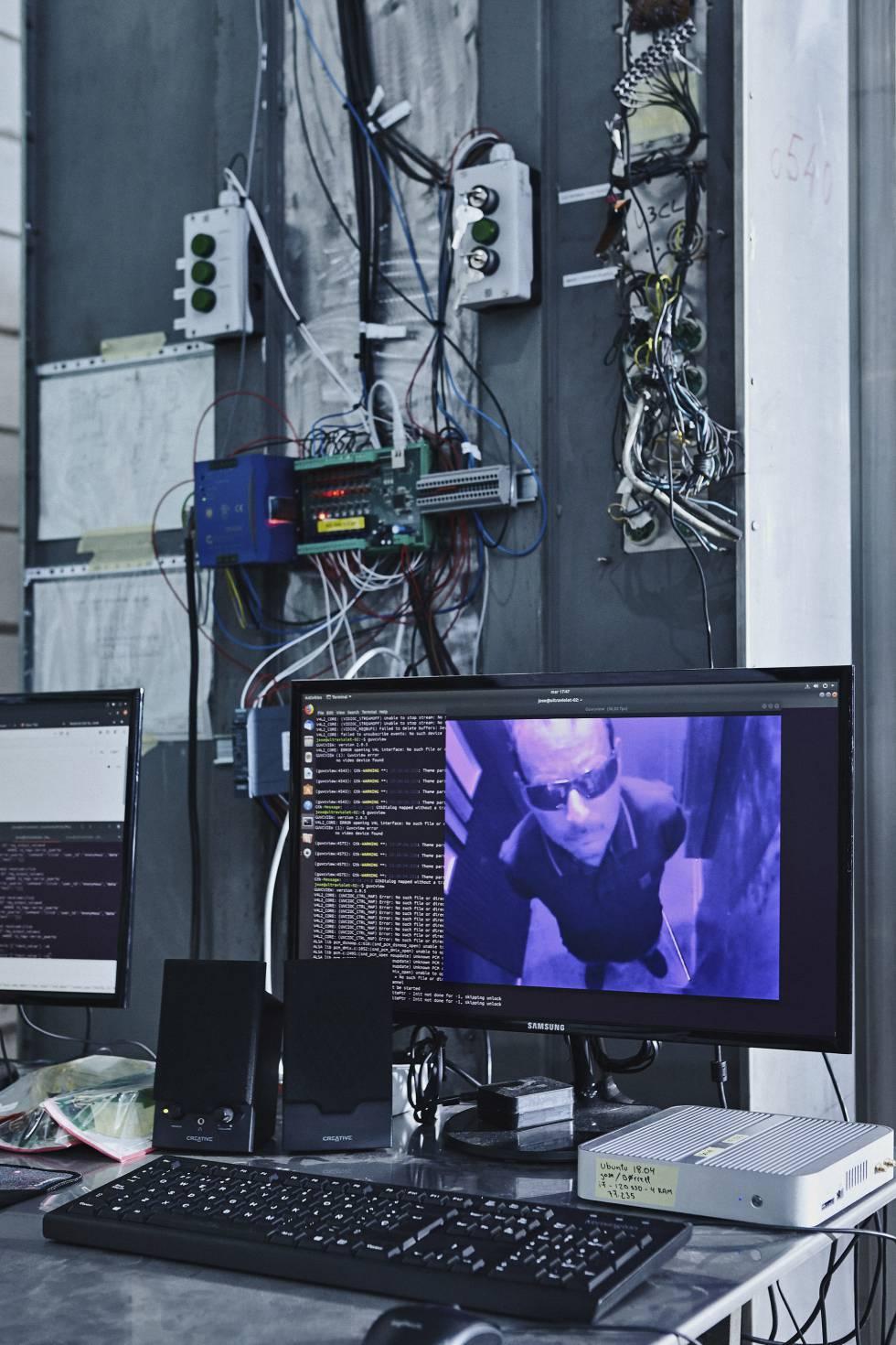 Una cámara muestra a Roig, dentro del ascensor, durante el proceso de desinfección.