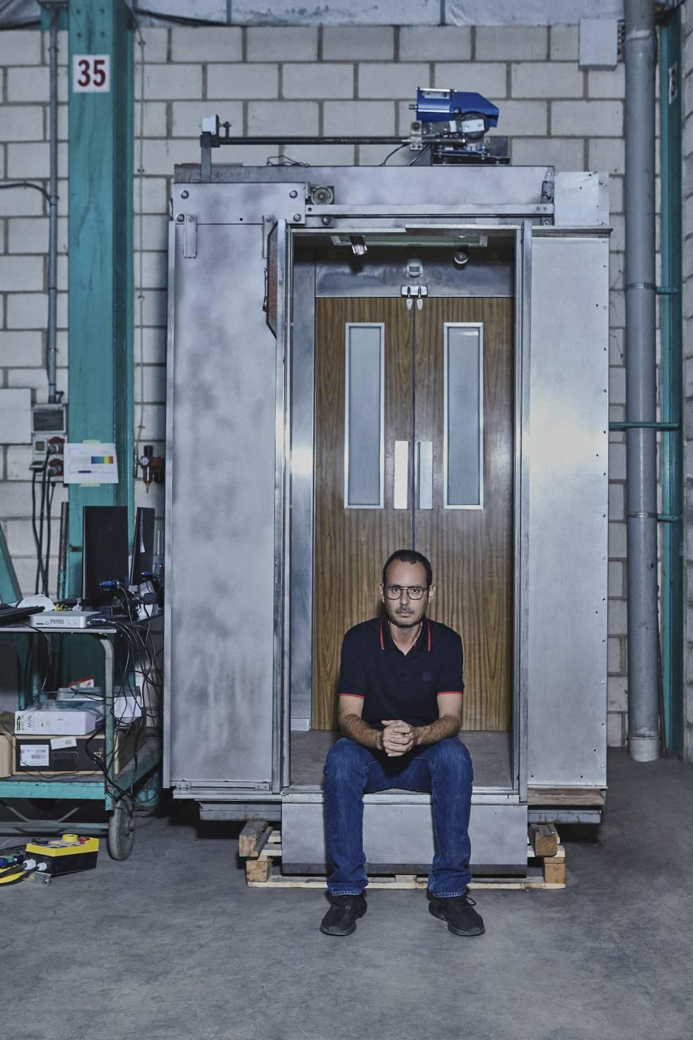 José Roig, en la sede de su empresa en Dénia, junto al prototipo del ascensor.