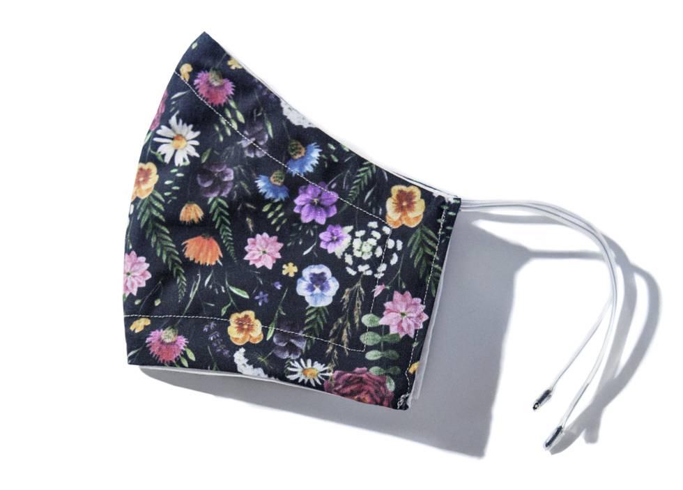 Una mascarilla de estampado floral diseñada por Tiscar.