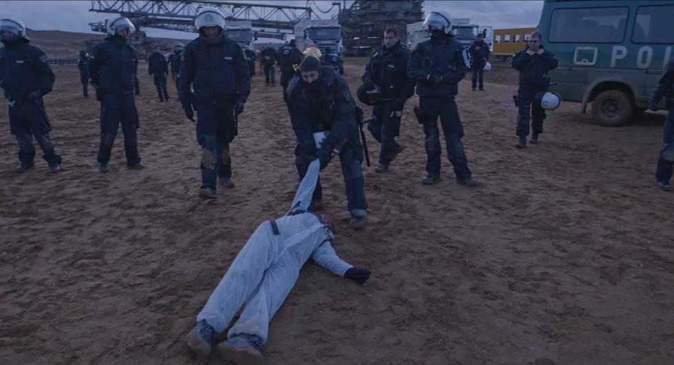 El director y protagonista del documental se desplaza hasta Alemania para participar en una acción colectiva de protesta contra la extracción de carbón.