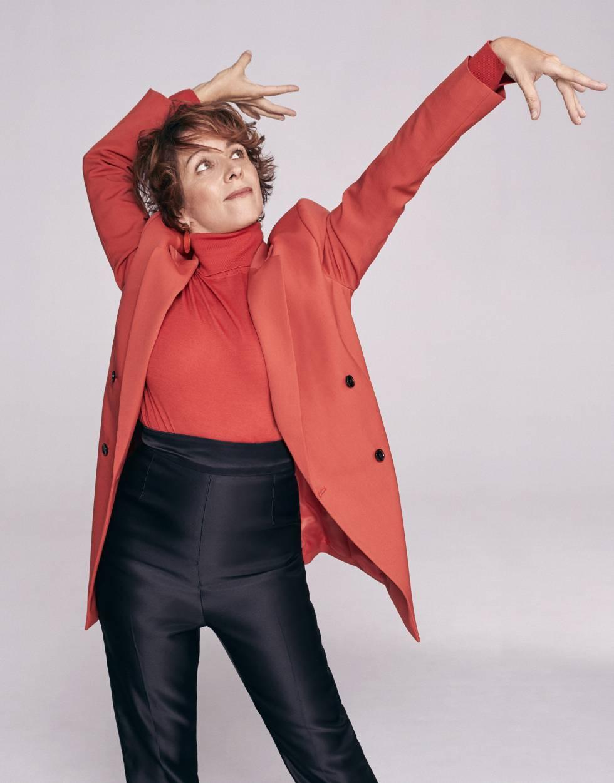 Eva lleva base de maquillaje Le Teint Touche Éclat, de Yves Saint Laurent Beauté; americana y jersey, ambos de Boss, pantalón de Alexander McQueen y pendientes de Malababa.