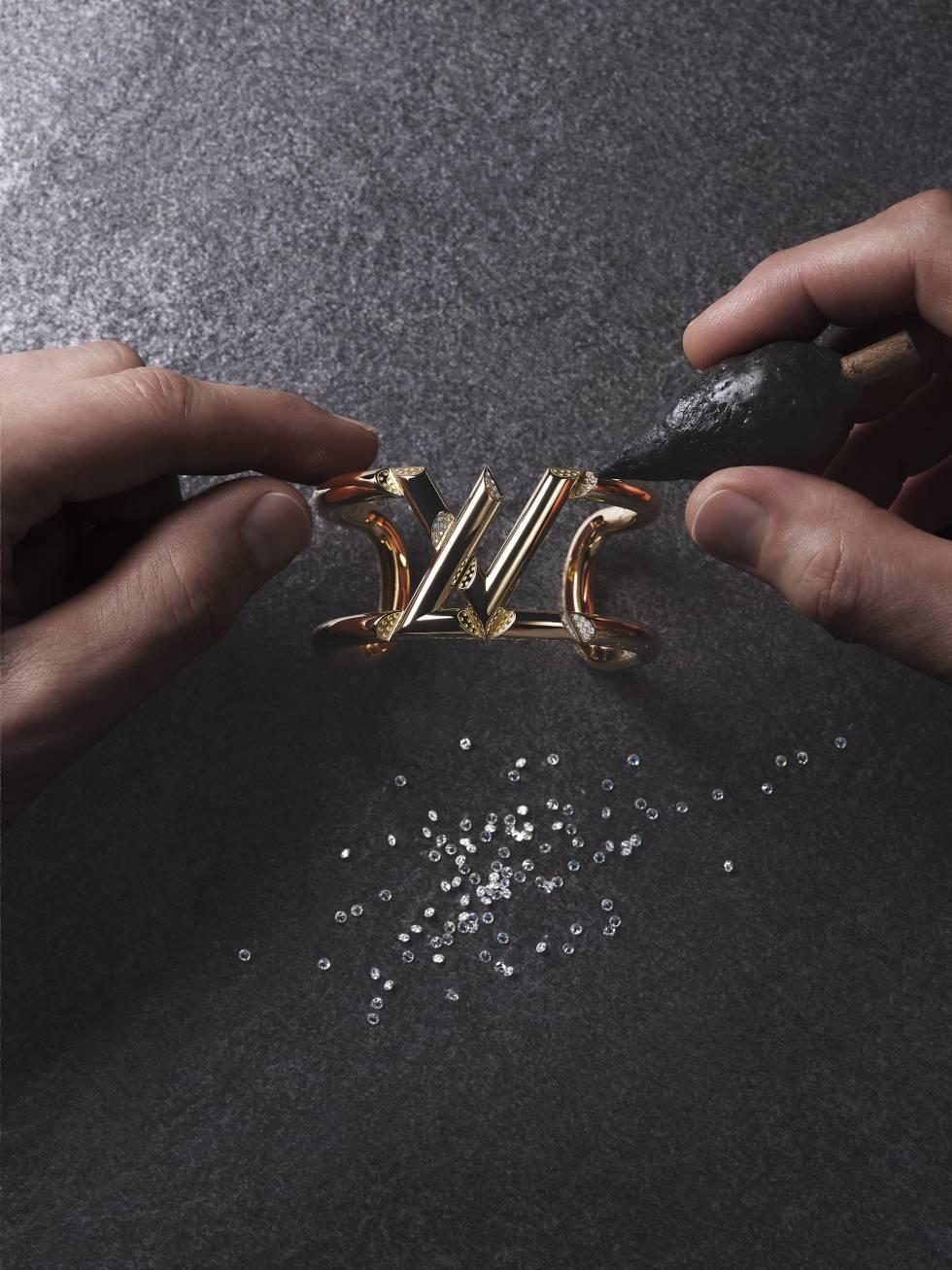 Brazalete LV Volt One en oro amarillo y diamantes.