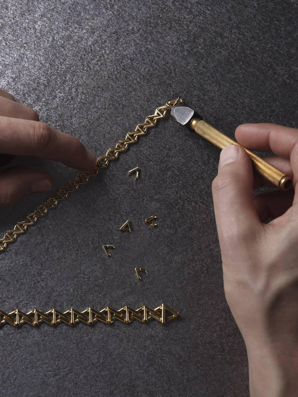 Pulseras LV Volt Curb Chain en dos tamaños.