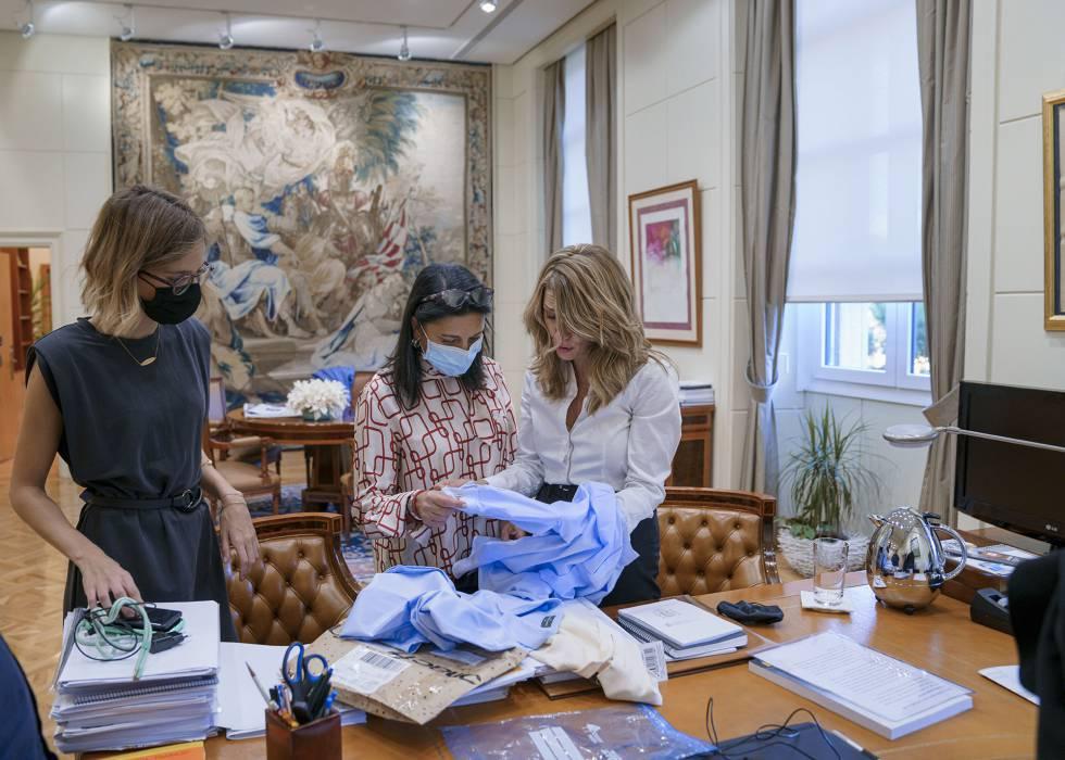 Yolanda Díaz observa unas camisas de regalo que le envío su padre junto a dos de sus colaboradoras.