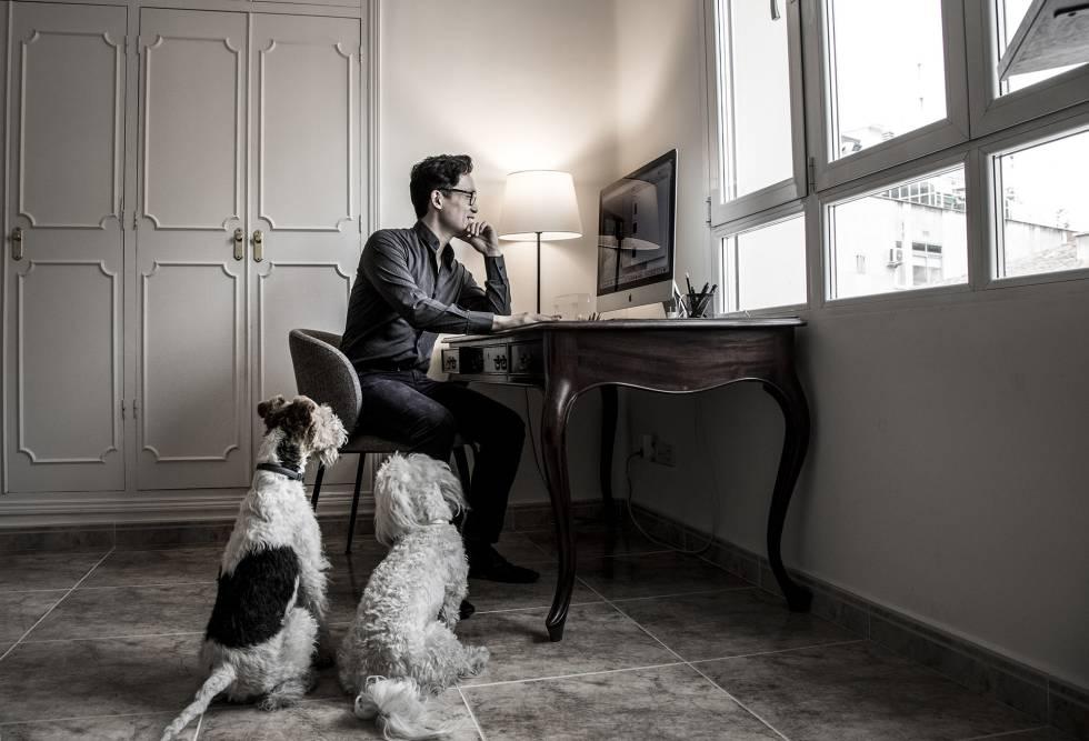 """Aaron Lee acompañado de Lorca y Vidal. """"Yo soy yo y mis perros"""", dice a lo Ortega."""