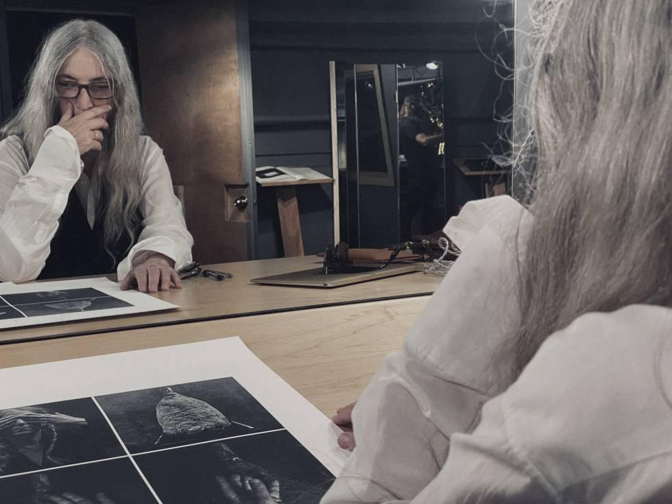 """""""El arte te acerca a lo que la gente llama Dios. Como artista busco revelaciones. Para mí el arte es un viaje de descubrimiento"""", dice Patti Smith, que aparece en esta imagen eligiendo fotos para el calendario Lavazza."""