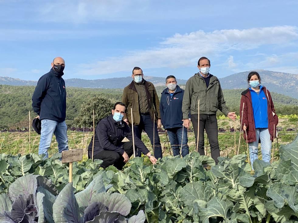 Los hermanos Sandoval, con científicos del IMIDRA.