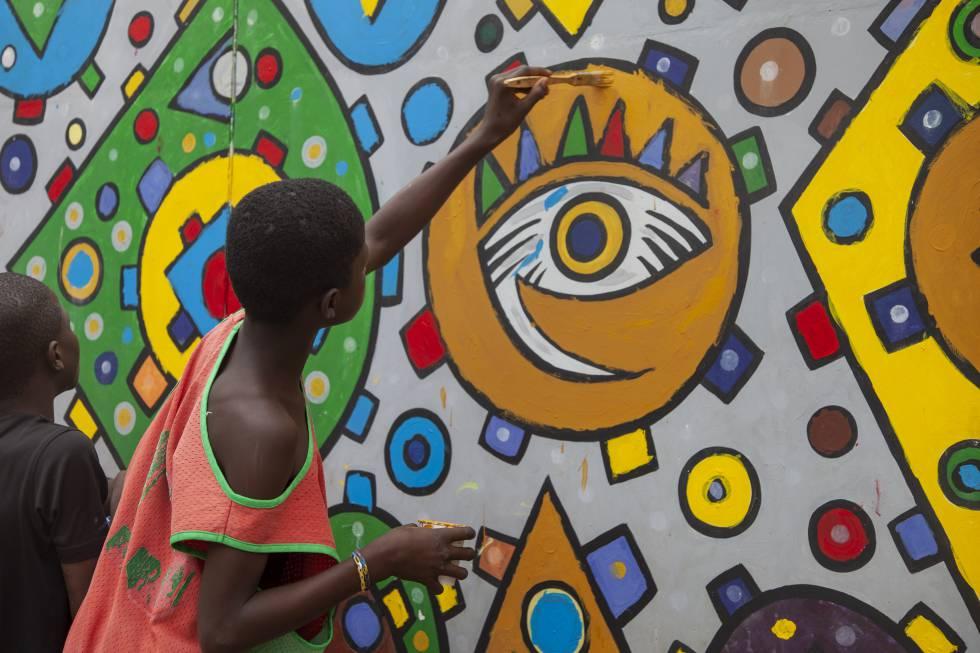 Taller de formacion practica de pintura Mural para los niños acogidos en el centro Empire des enfants de Dakar.