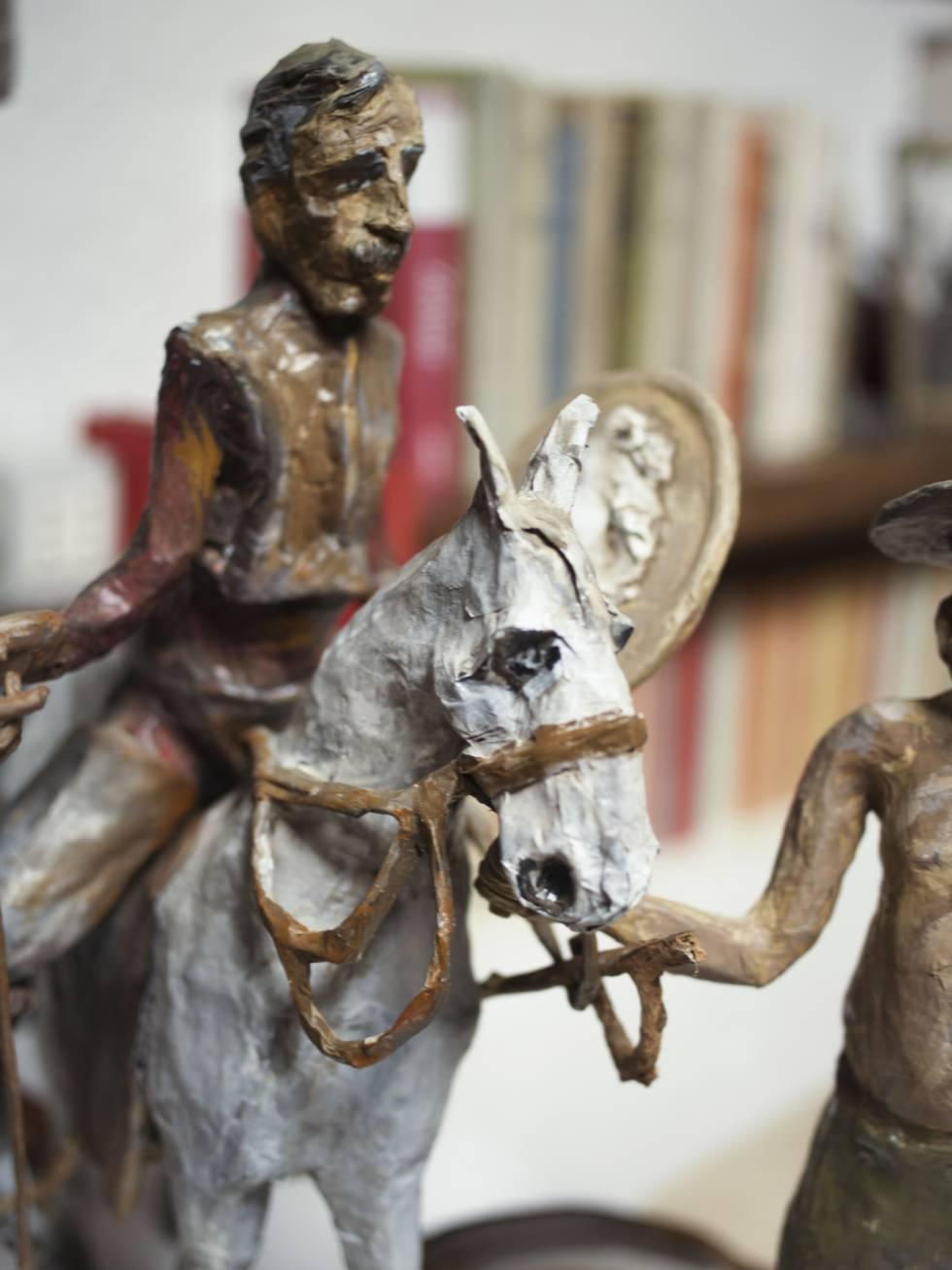 Una de las muchas figuritas de Don Quijote y su caballo Rocinante que posee De Luca.