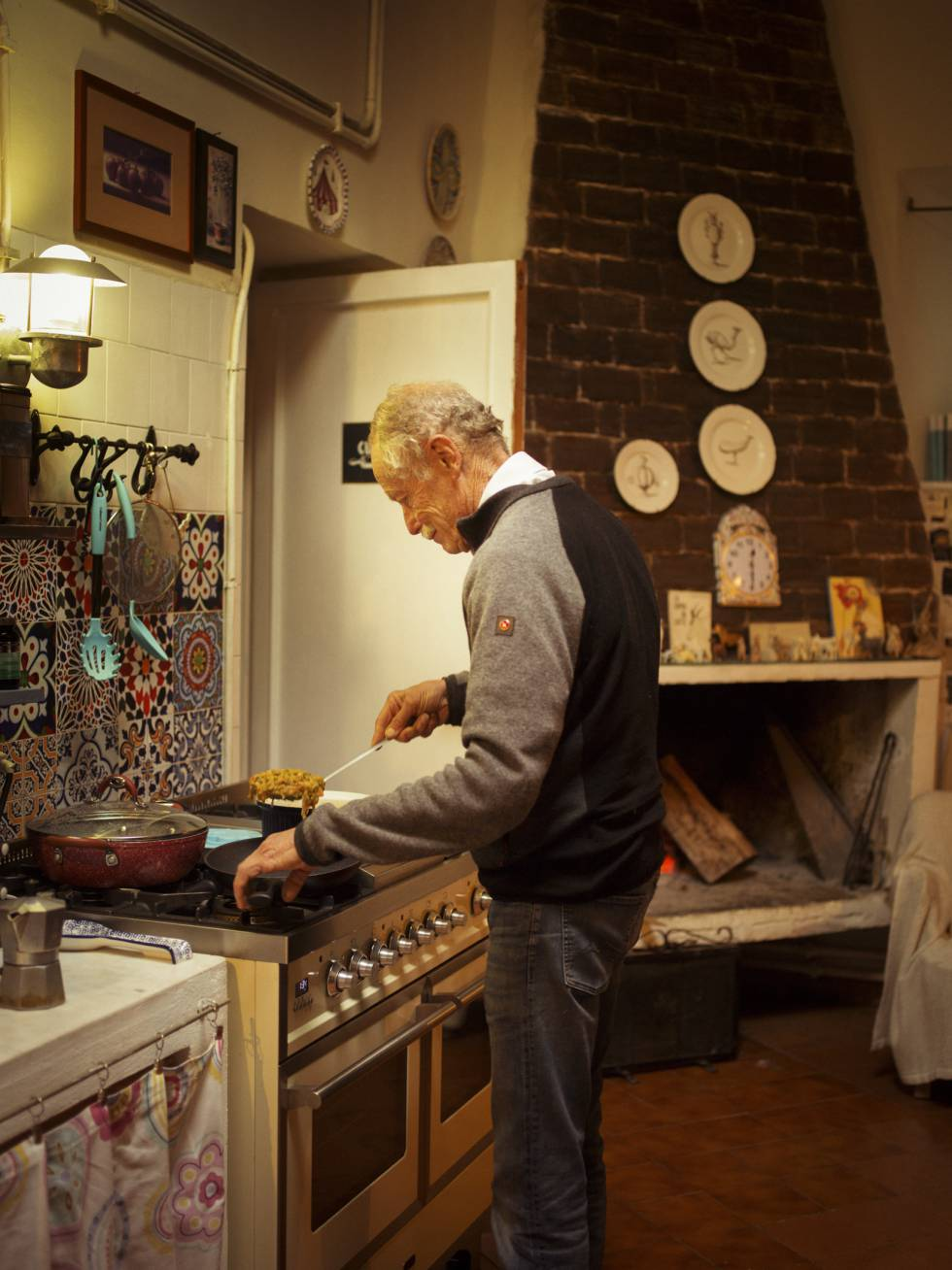 El escritor en la cocina de su casa, en una zona rural entre Roma y el lago de Bracciano.