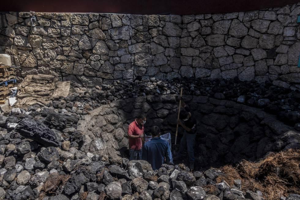 Trabajadores del palenque mezcalero Tres Danzantes trabajan horneando pencas de mezcal en la comunidad de Santiago Matatlán, en marzo de 2020.