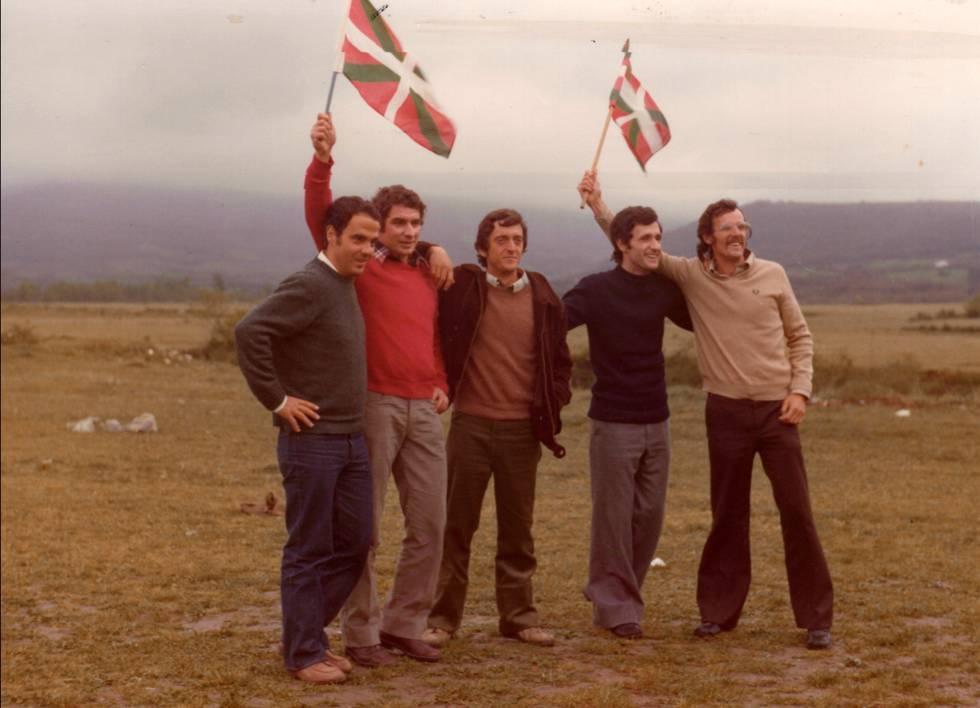 El padre, Iñaki Viar, junto a otros compañeros el 30 de abril de 1977, al salir de la cárcel.