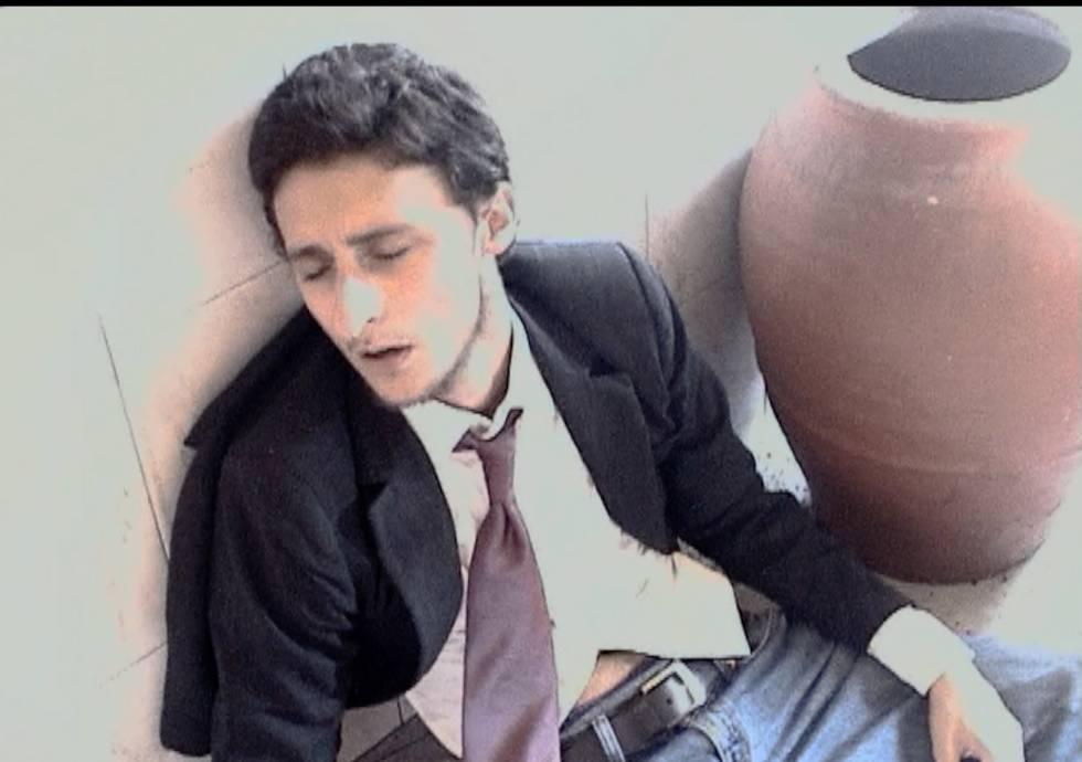 Imagen de una grabación casera realizada por Viar en 2003, en la que interpreta a un policía en un tiroteo.