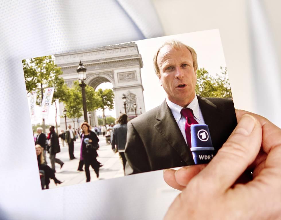 Kellermann sostiene una foto del pasado en la que aparece trabajando de periodista.