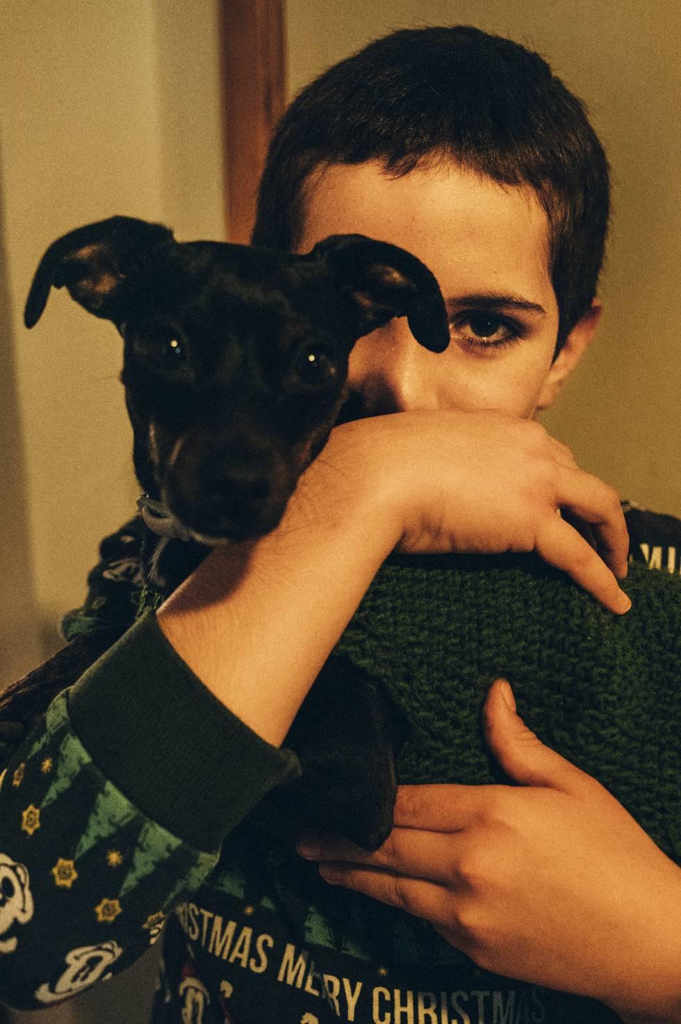 Héctor Ruiz García en su casa de Ollauri con su perra, 'Trufa'.