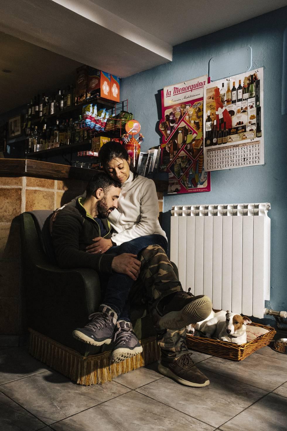 Santiago y Verónica en su bar. A sus pies, Mila y Arya.