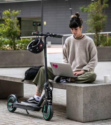 Viaja seguro en ciudad con la mejor oferta: un patinete eléctrico con casco y soporte para móvil por 339,99 euros