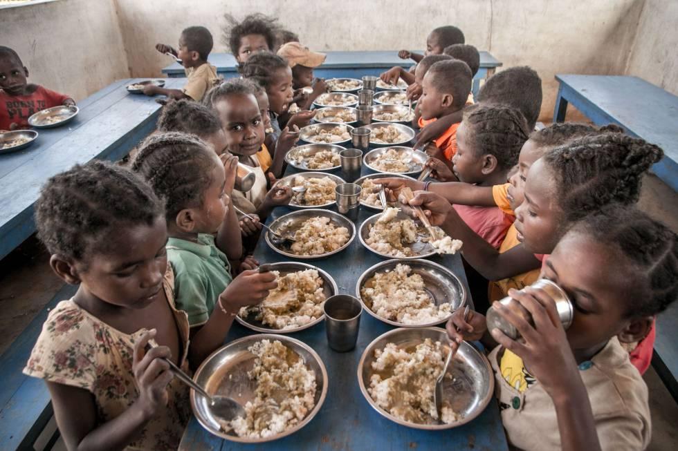 Distribución de alimentos en el Sur de Madagascar durante la sequía de 2018. La cara de la niña que mira a cámara expresa bien lo que piensan de los recortes de la financiación a las ONG.