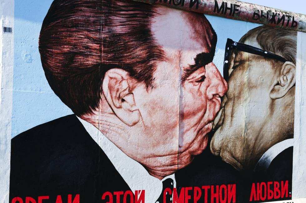 Bruderkuss, el beso de tornillo entre el ruso Leonid Bréznev y el dirigente comunista alemán Erich Honecker, del muralista ruso Dimitri Vrubel, en la East Side Gallery de Berlín.