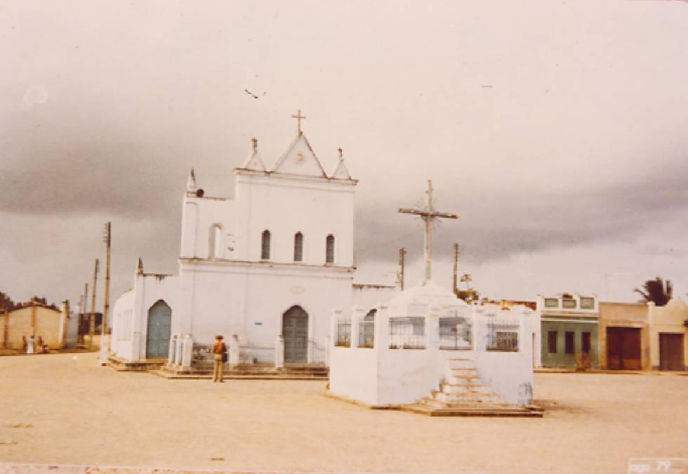 Mario Vargas Llosa ante la iglesia que el Conselheiro construyó en Bom Jesús, Bahía. Agosto 1979.