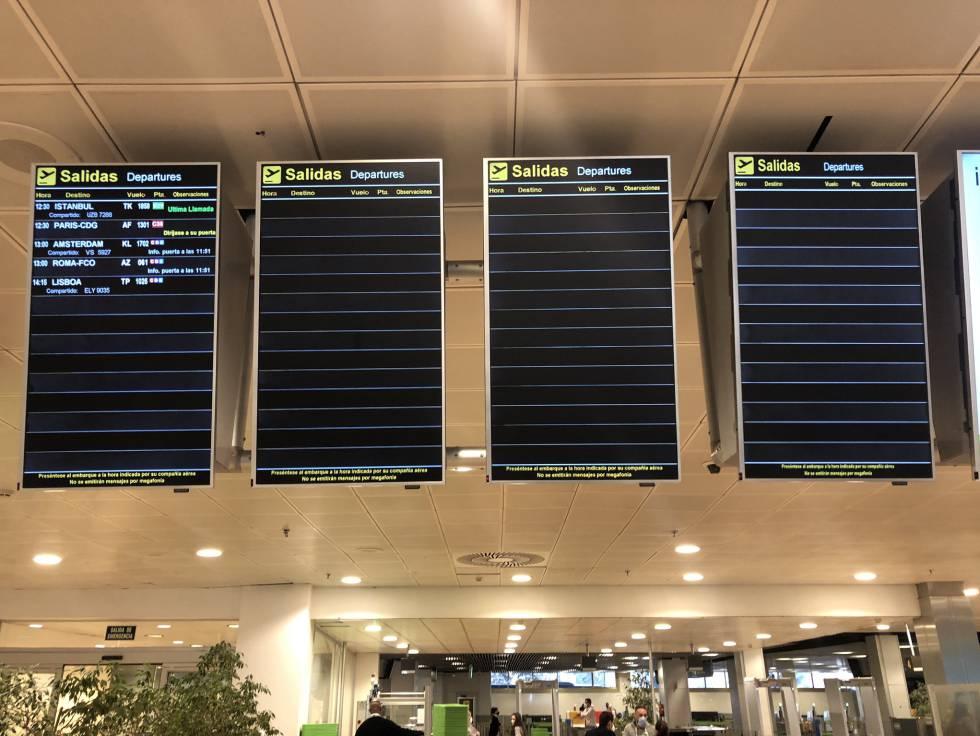 Las pantallas vacías de la Terminal 1 del aeropuerto de Barajas, un miércoles a las 11 horas. ¡Una caricatura de lo que fue!