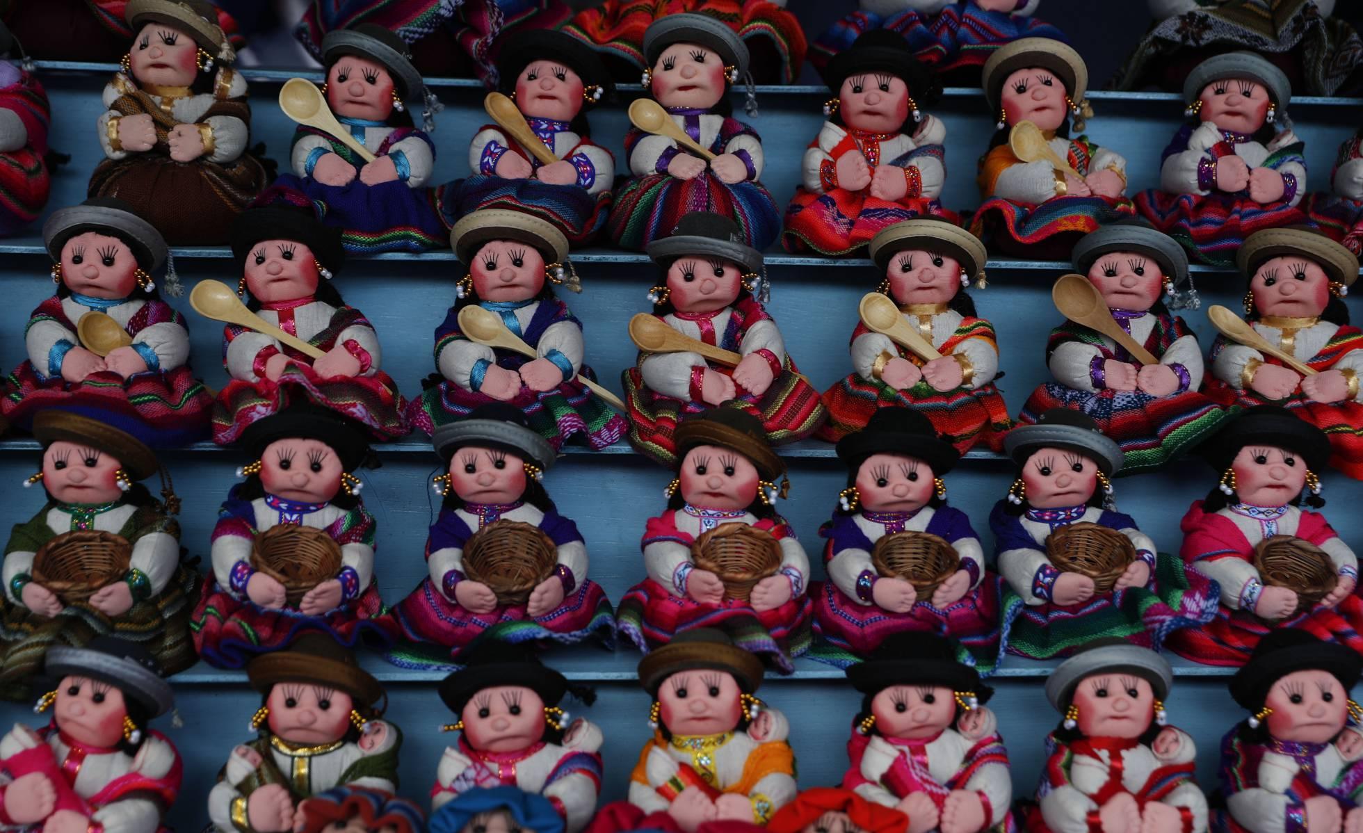 Pequeñas muñecas de trapo se encuentran a la venta durante la Feria anual de Alasita en La Paz, Bolivia, el miércoles 24 de marzo de 2021.