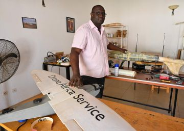 Aziz KountchxE9 poses for a portrait in his workshop in Niamey on February 23, 2021. - Aziz KountchxE9, an aeronautics-mad entrepreneur and grandson of Nigerien general and former leader Seyni KountchxE9, launched his civilian drone company, Drones Africa Service in 2016. (Photo by Issouf SANOGO  AFP)