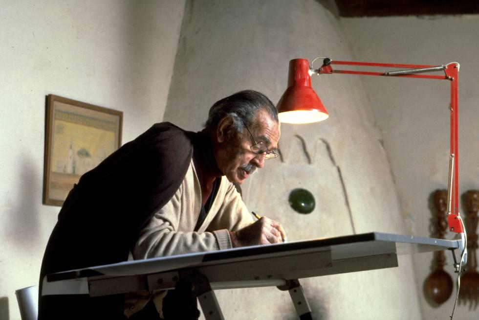 Hassan Fathy, en su estudio del palacio Ali Effendi, distrito de Dar el-Labbana, El Cairo.