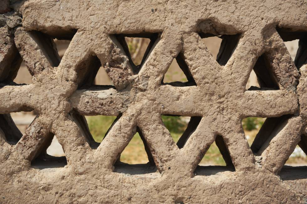 Detalle de la celosía de barro en la aldea Nueva Gourna (1948), donde se trasladó a la población que ocupaba el sitio arqueológico de Luxor.