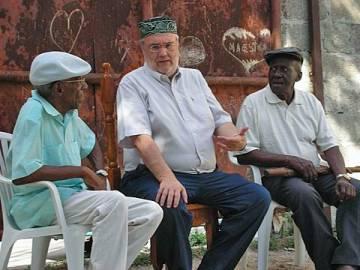 Rodaje de 'Música para vivir', en La Habana en febrero de 2008. De izquierda a derecha, Roberto Manzano, Manuel Gutiérrez Aragón y Juan Picasso.