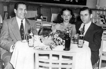 Fulgencio Batista (izquierda) con Meyer Lansky y su esposa, en La Habana en la década de 1950.