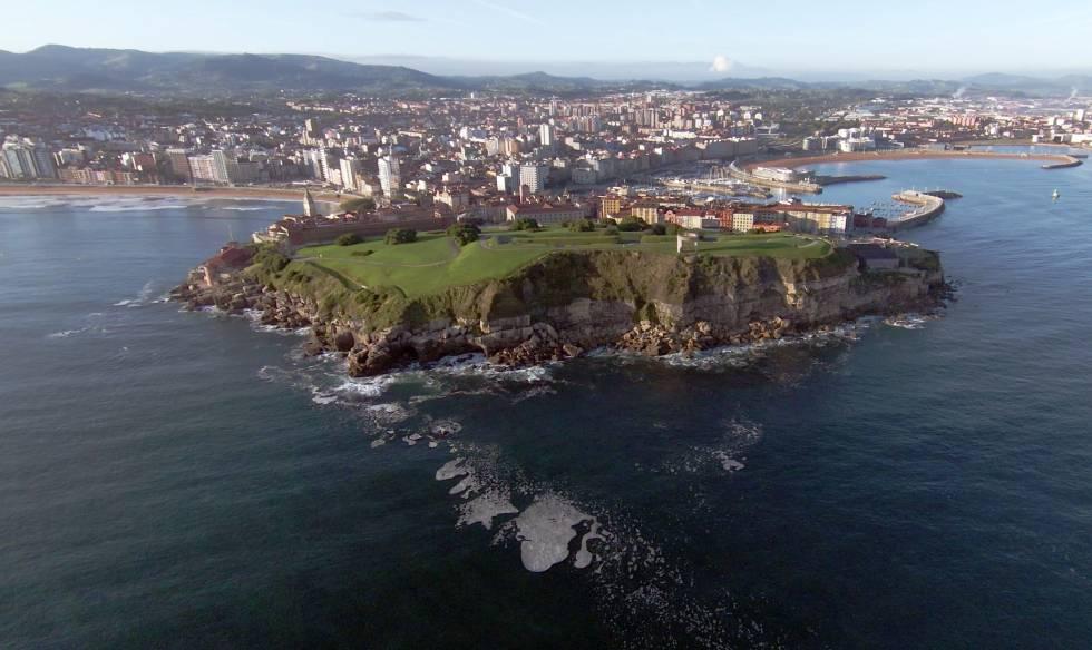 La Península de Chimavila separa las dos bahías de Gijón.