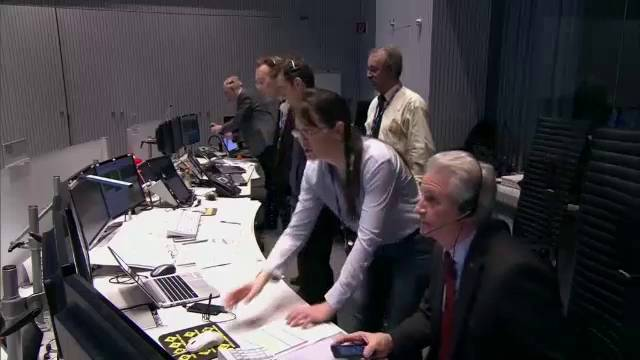Cientistas observam a aterrissagem do robô no cometa.