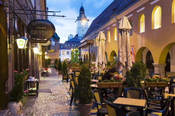 Terrazas cerca de Priata Sfatului, la plaza principal de Brasov (Rumanía).