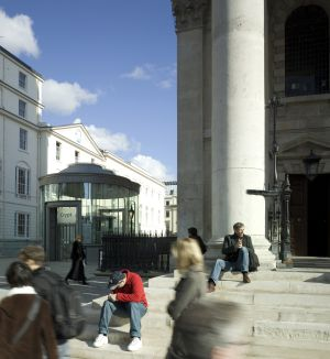 Paseantes ante la iglesia londinense de St Martin-in-the-Fields.