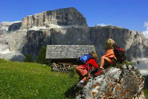 Due giovani escursionisti in Val di Fassa, nelle Dolomiti (Italia).