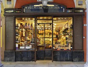 "Vetrina di un salumificio ""gourmet"" a Modena (Italia)."