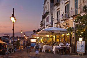 Ristoranti nel porto di Ischia, isola del Golfo di Napoli (Italia).