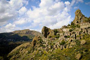 Vista della città fantasma di Pentedattilo, in Calabria (Italia).
