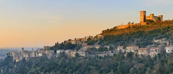 Vista del castillo de Rocca di Albornoz, en Narni (Italia).