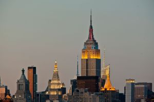 vista del empire state iluminado al atardecer en manhattan nueva york