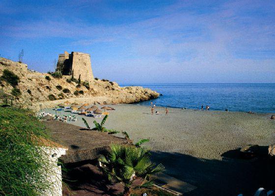 La torre artillera del Tesorillo, en la playa del Tesorillo de Almuñécar, en Granada.