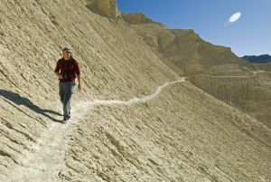 Un excursionista en el parque nacional de Death Valley, en California.