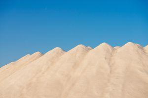 Montañas de sal en las salinas d'Es Trenc, en Mallorca.