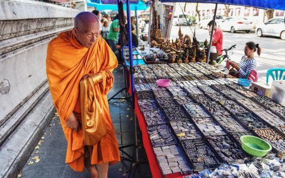 Se pierden los clásicos turísticos de Bangkok - Un monje budista a principios de 2015 en el ahora desaparecido mercado de los amuletos, en Bangkok.