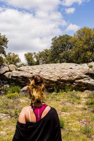 Piedras pintadas en la actuación artística Ibarrola en Garoza, cerca de ÁVila.