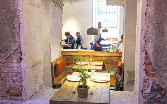 Comedor del restaurante Fismuler, en Madrid, cuyo interiorismo es obra del estudio de Ignacio Redruello, Arquitectura invisible, junto con Alejandra Pombo.